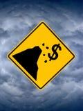 Signe fiscal de falaise, nuages de tempête en ciel Image stock