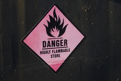 Signe fortement inflammable de label d'autocollant de magasin de danger photos stock