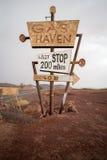 Signe grand de gaz de vintage se tenant dans le désert Photographie stock libre de droits