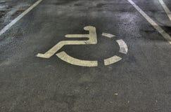 Signe handicapé de stationnement de véhicule Images libres de droits