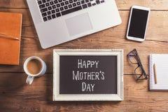 Signe heureux de jour de mères Tir de studio, fond en bois Image stock