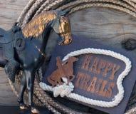 Signe heureux de journaux avec la statue de cheval photo libre de droits