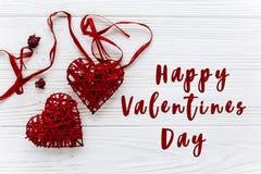 Signe heureux des textes de jour de valentines configuration plate de coeurs rouges élégants sur W Images libres de droits