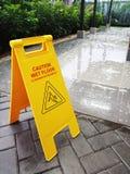 Signe humide d'attention d'?tage Plancher de nettoyage humide R?gion de salle de bains photo stock