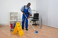 Signe humide de plancher de Cleaning Floor With de portier Photo libre de droits