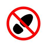 Signe, icône interdisant la marche dans des chaussures sales de rue Insignes rouges avec le pied noir de semelle ou de grange Ill illustration de vecteur