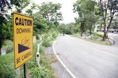 Signe incliné de vélo Précaution en descendant Faites attention images libres de droits