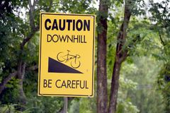 Signe incliné de vélo Précaution en descendant Faites attention photo stock
