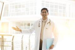 Signe indien asiatique de main d'accueil de médecin photos stock