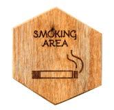 Signe indiqué en bois de zone fumeur Images stock