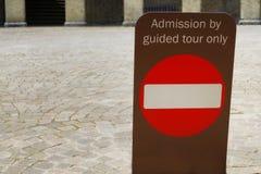 Signe indiquant l'admission par visite guidée seulement Photos stock