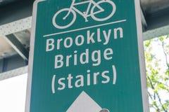 Signe indiquant la direction au pont de Brooklyn Image stock