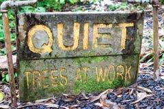 Signe indiquant les arbres tranquilles au travail Photographie stock