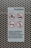 Signe interdisant le recyclage, faisant de la planche à roulettes Photos stock