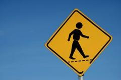 Signe jaune avec la marche de l'homme Photo libre de droits