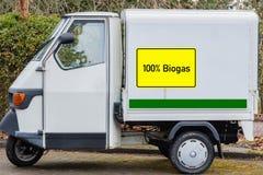 Signe jaune avec 100% le biogaz, texte allemand pour le biogaz 100%, dans un fourgon de livraison image stock