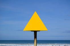 Signe jaune blanc à la plage Photographie stock libre de droits