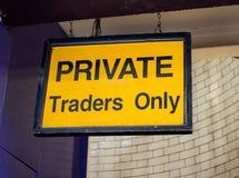 Signe jaune de commerçants de Prive seul photographie stock libre de droits
