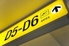 Signe jaune de déviation de sens d'aéroport Photo stock
