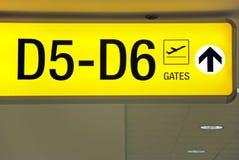 Signe jaune de déviation de sens d'aéroport Image stock