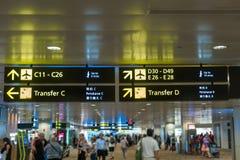 Signe jaune de l'information à l'aéroport avec le nombre de porte pour le departur Photographie stock