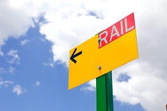 Signe jaune de trafic ferroviaire avec une flèche images libres de droits