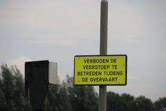 Signe jaune qu'entrant dans le quai du ferry quand le bateau est sur l'eau n'est pas laissé Image libre de droits