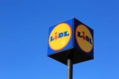Signe Lidl contre le ciel bleu Photographie stock