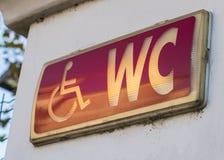 Signe lumineux par toilettes d'handicap Photographie stock libre de droits