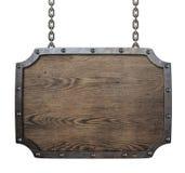 Signe médiéval en bois accrochant sur des chaînes d'isolement Photographie stock libre de droits