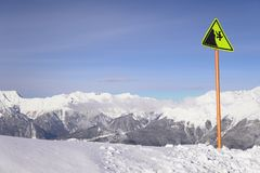 Signe neigeux q de station de sports d'hiver de montagnes de taille Photo stock