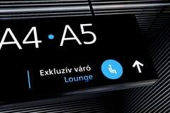 Signe noir de terminal d'aéroport avec des symboles bleus Photo libre de droits