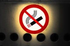 Signe non-fumeurs, icône de cigarette sur la surface métallique Photos libres de droits