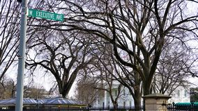 Signe occidental d'avenue d'exécutif contre la maison blanche avec des drapeaux image libre de droits