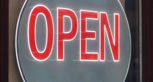 Signe OPEN d'affaires accrochant sur la porte illustration libre de droits