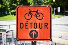 Signe orange de d?tour de route pour la bicyclette en fran?ais photos stock