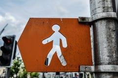 Signe orange de piéton de rue photographie stock libre de droits