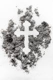 Signe orthodoxe chrétien de crucifix fait en cendre grise, la poussière, saleté image stock