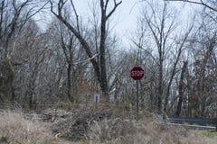 Signe oublié d'arrêt de chaussée photo stock