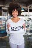 Signe ouvert de jolie apparence de travailleur Photo stock