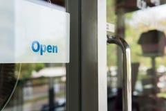 Signe ouvert devant la porte, message de l'information pour la recherche de magasin de café photographie stock
