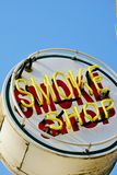 Signe peint et au néon vieil en métal de fumée de boutique Photographie stock