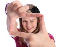 Signe positif de main d'amusement par la fille blonde heureuse d'école photo stock