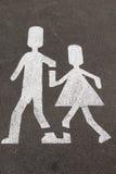 Signe pour des enfants marchant dans la terre Images libres de droits