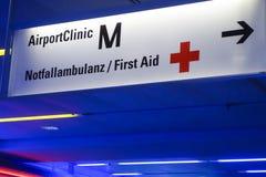 Signe pour la clinique d'aéroport à l'aéroport de Munich Image libre de droits