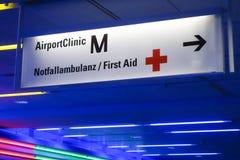 Signe pour la clinique d'aéroport à l'aéroport de Munich Images stock