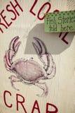 Signe pour le crabe local frais Photos stock