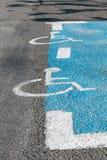 Signe pour le stationnement handicapé dans la terre Photo stock