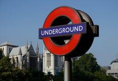 Signe pour Londres au fond Photo stock