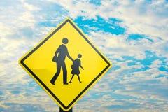 Signe près d'attente d'école la croix d'enfant la route Photographie stock libre de droits